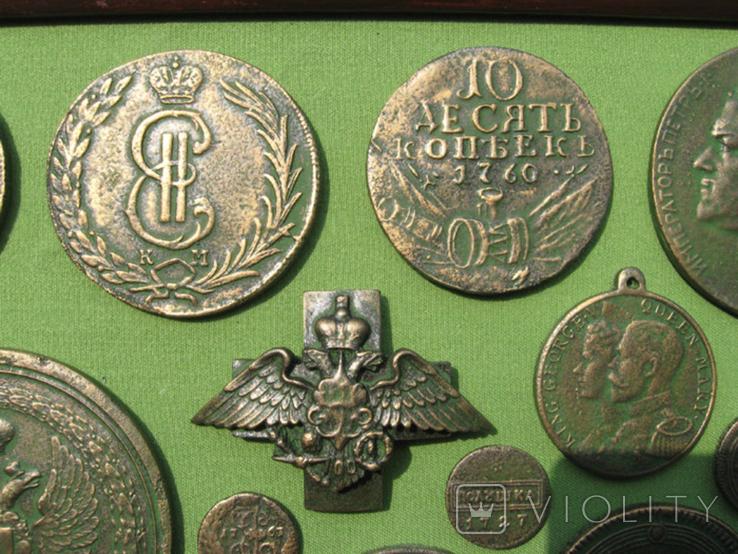 Медные монеты Российской империи в зелёной патине. Копии, в раме без стекла, 31х21 см, фото №4