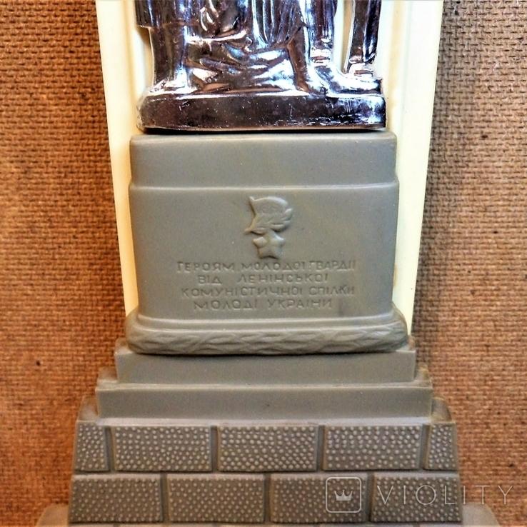 Молодая гвардия - памятник молодогвардейцам, фото №2