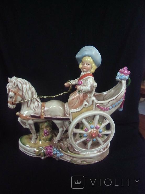 Девушка на карети с цветами в руках, фото №2