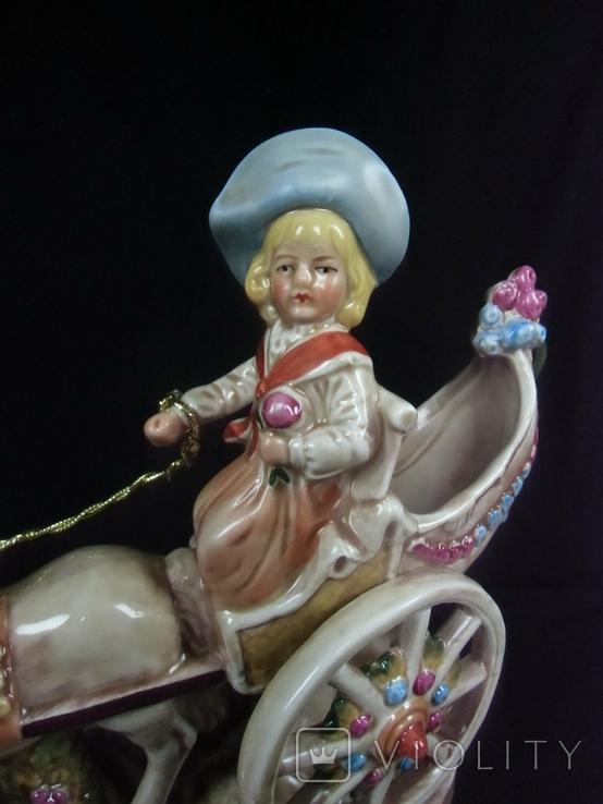 Девушка на карети с цветами в руках, фото №6