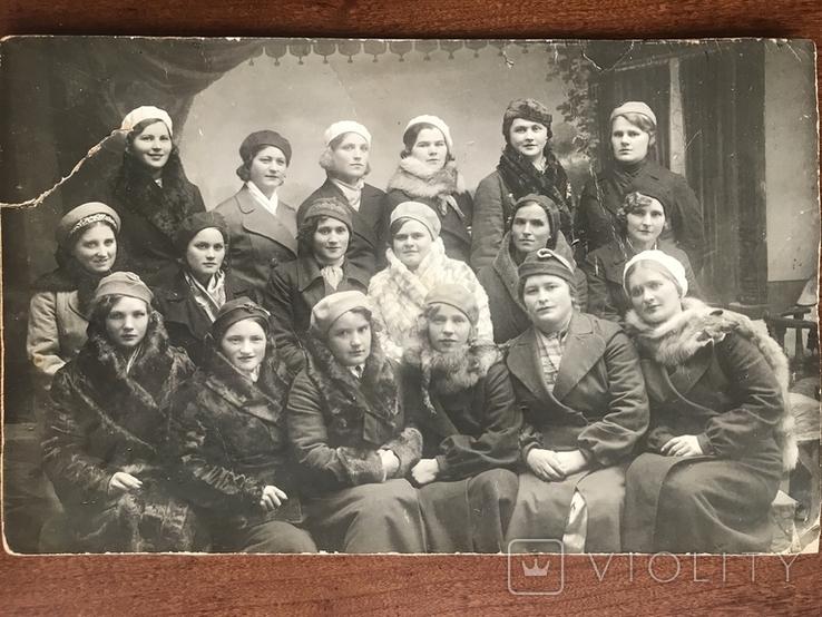 Одесса Девушки в модных нарядах Шляпки Береты Лисьи воротники Мех, фото №2