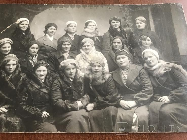 Одесса Девушки в модных нарядах Шляпки Береты Лисьи воротники Мех, фото №4