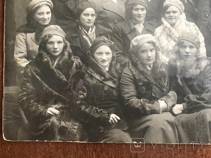 Одесса Девушки в модных нарядах Шляпки Береты Лисьи воротники Мех, фото №5