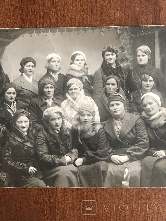 Одесса Девушки в модных нарядах Шляпки Береты Лисьи воротники Мех, фото №9