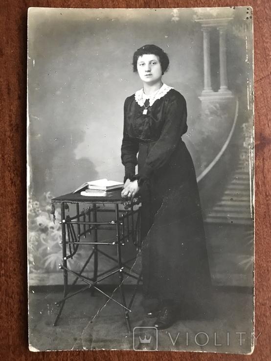 Старое фото Девушка в платье с цепочкой Столико Книги, фото №2
