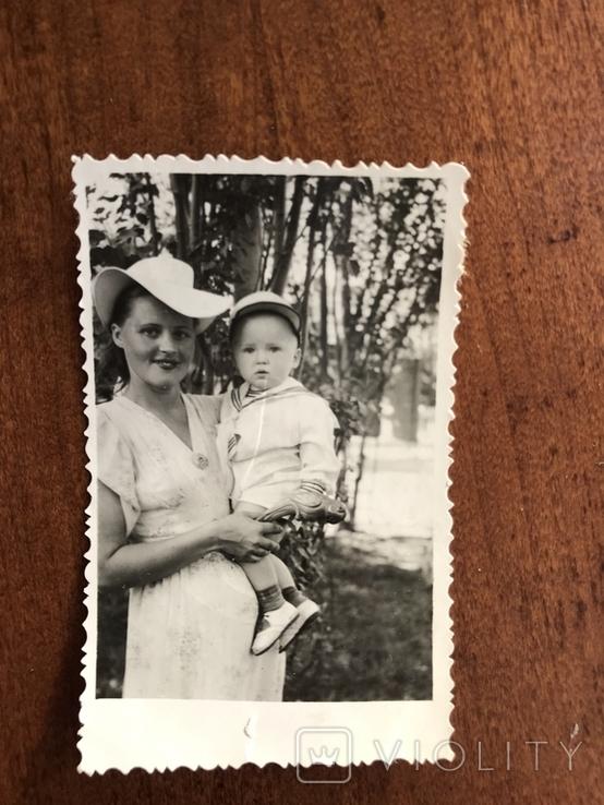 Мама в модной шляпе Ребёнок в кепке Игрушка попугай, фото №2