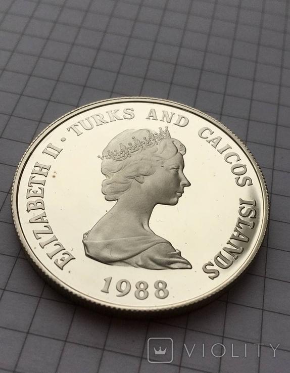 1 крона о. Теркс и Кайкос серебро 1988, фото №3