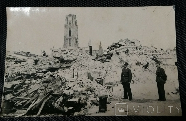 Фото Солдат Вермахта на фоне руин французского города 1940г., фото №2