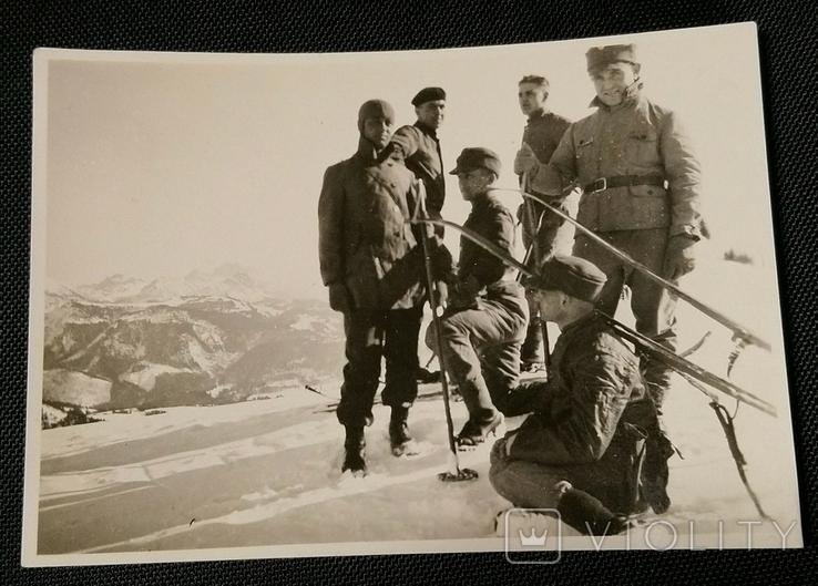 Егеря на вершине горы. Бергмютце, лыжи, ветровка, ботинки, фото №2
