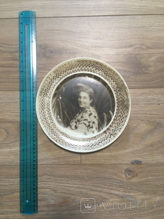 Настенная пластмассовая тарелка с изображением дамы, фото №6