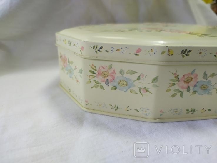 Жестяная коробочка с выпуклыми цветочками на крышке. 215х180мм, фото №4
