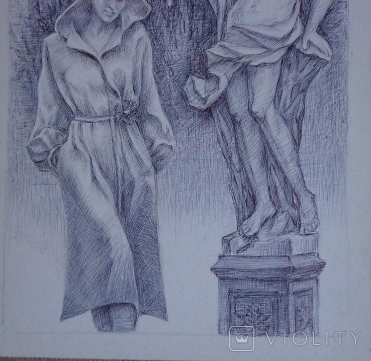 Женщина на фоне парковой скульптуры, фото №5