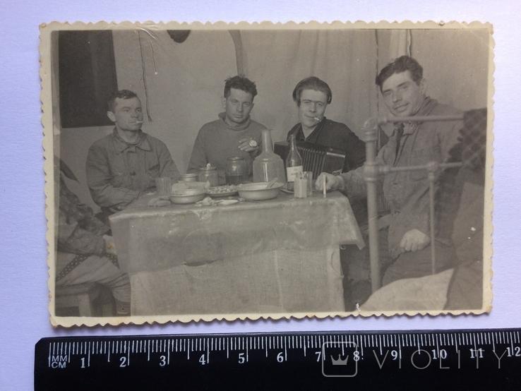За столом, фото №2