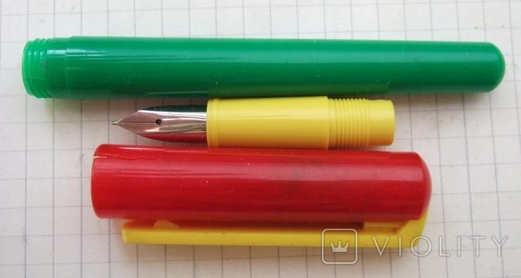 Разноцветная перьевая ручка. Пишет довольно мягко, тонко и насыщенно, фото №5