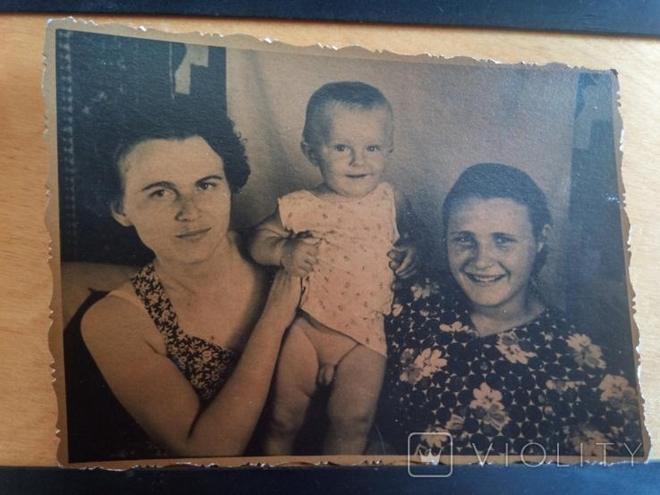 7. Девушки держат мальчика., фото №2