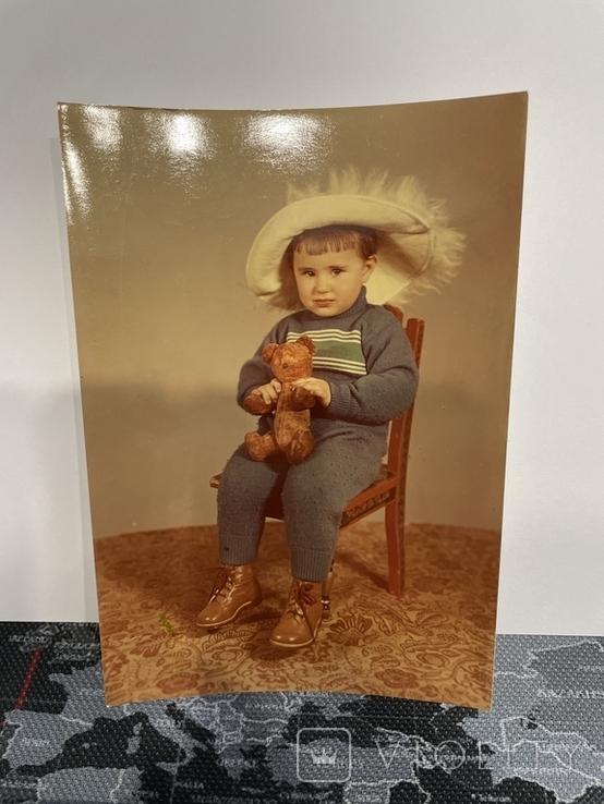 Девочка с медведем на стуле, фото №2