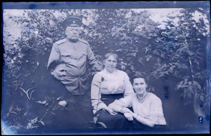 Семья царского генерала. Негативы фотографий. 93 ед.