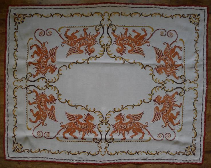 Старинная скатерть с ручной вышивкой - драконы или грифоны.