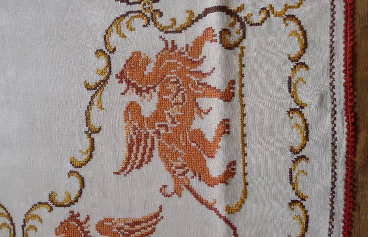 Старинная скатерть с ручной вышивкой - драконы или грифоны., фото №5