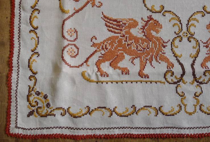 Старинная скатерть с ручной вышивкой - драконы или грифоны., фото №7