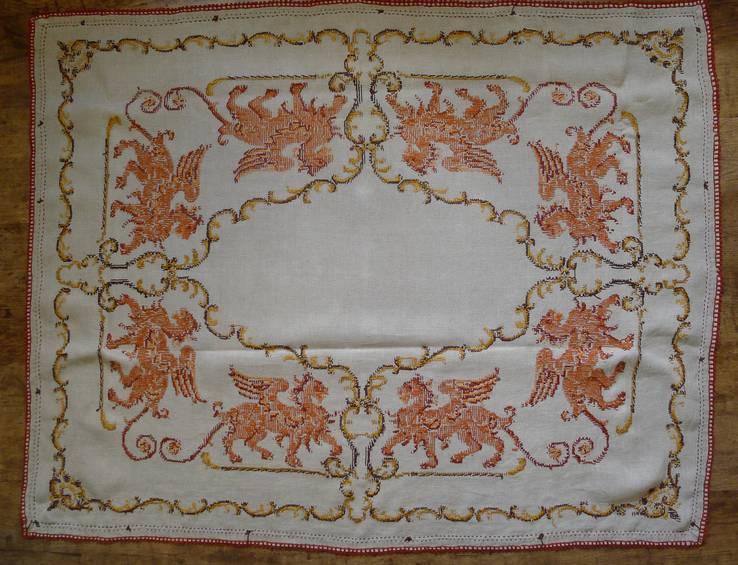 Старинная скатерть с ручной вышивкой - драконы или грифоны., фото №13