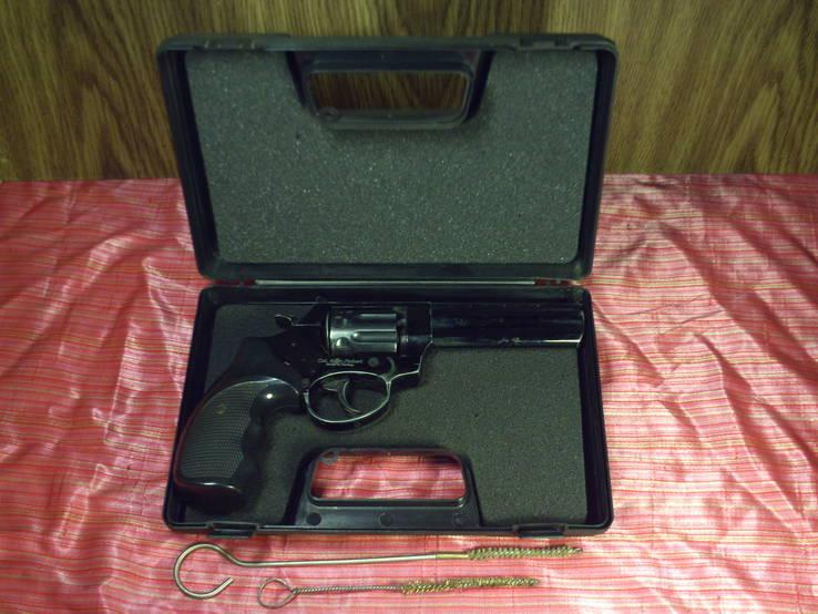 Револьвер под патрон Флобера, в кейсе.