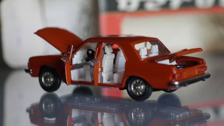 Модель  автомобиля 1:43 СССР  ГАЗ 3102.Коррида.Состояние.