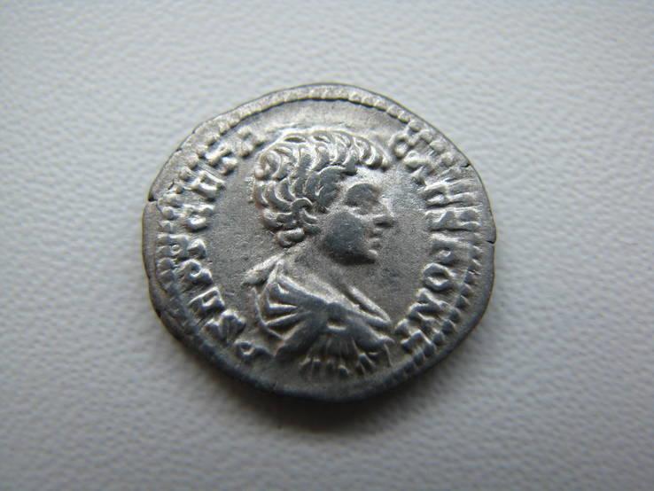 Денарий Гета (Цезарь), Виктория со щитом