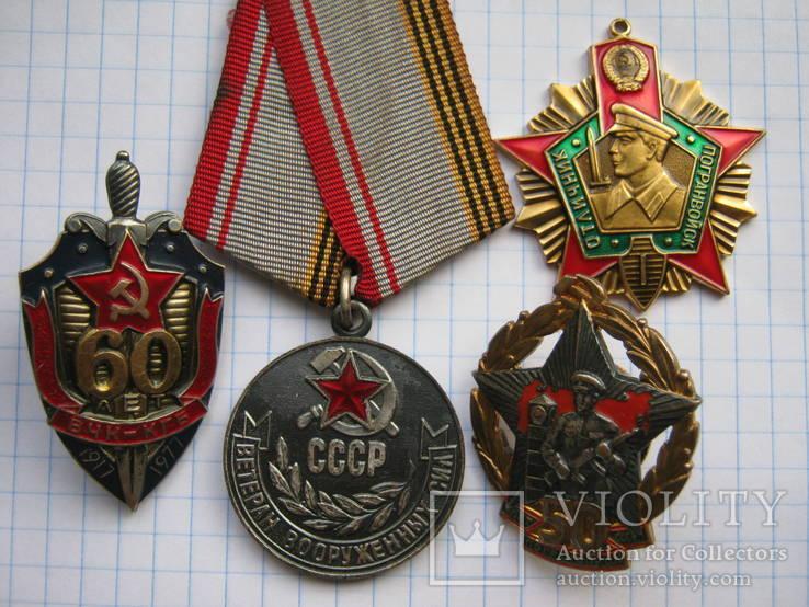 Три Нагрудных Знака и медаль на Одного Человека