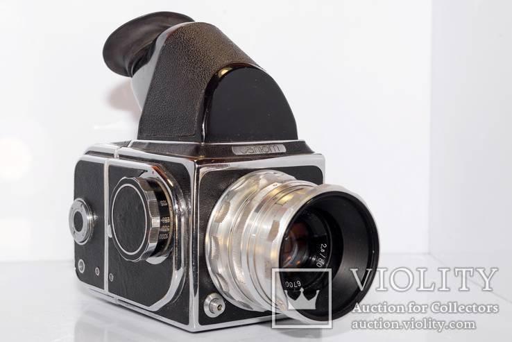 Фотоапарат Салют з об'єктивом Индустар - 29 2,8/80 та пентапризмою.
