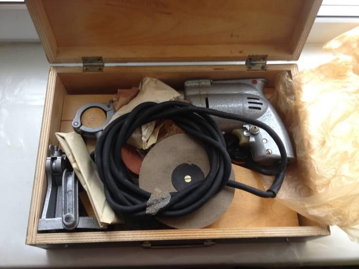 Бытовая электрическая машина с комплектом насадок и приспособлений