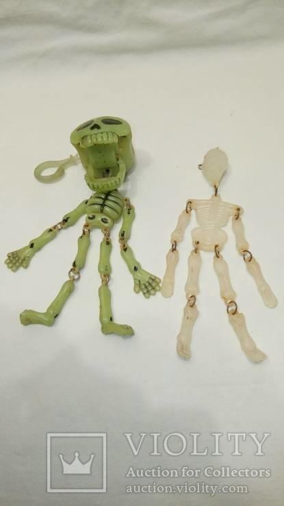 Два скелета , пластик . можно в авто ) . брелоки