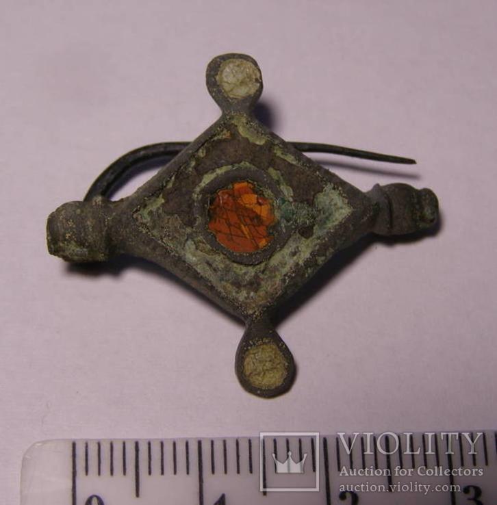Фибула с остатками эмали.