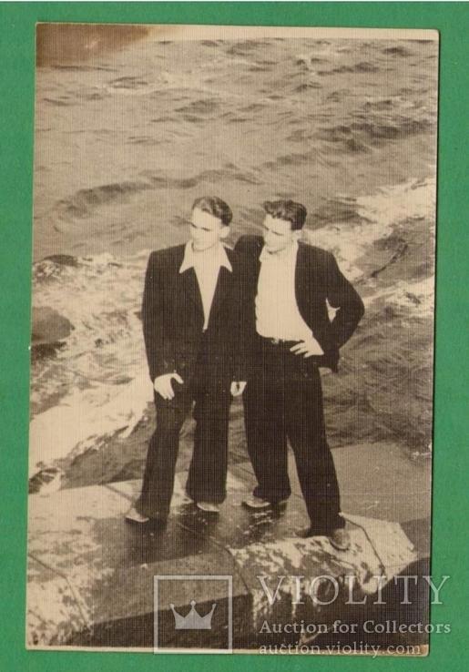 Двое мужчин в костюмах Набережная берег, фото №2