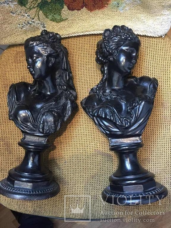 Два бюста женских