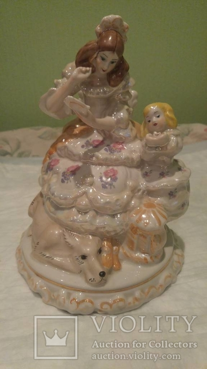 Фарфоровая статуэтка Женщина с девочкой