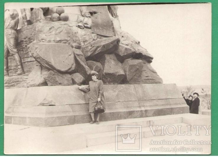 Севастополь Женщина у памятника Тотлебену, фото №2