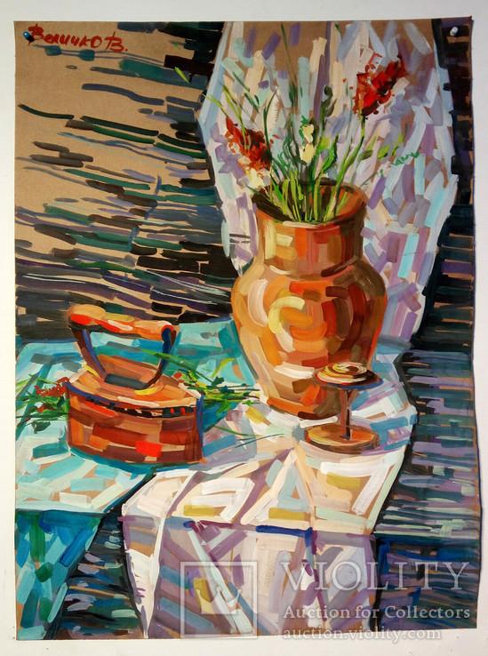 Глечик з квітами на столі