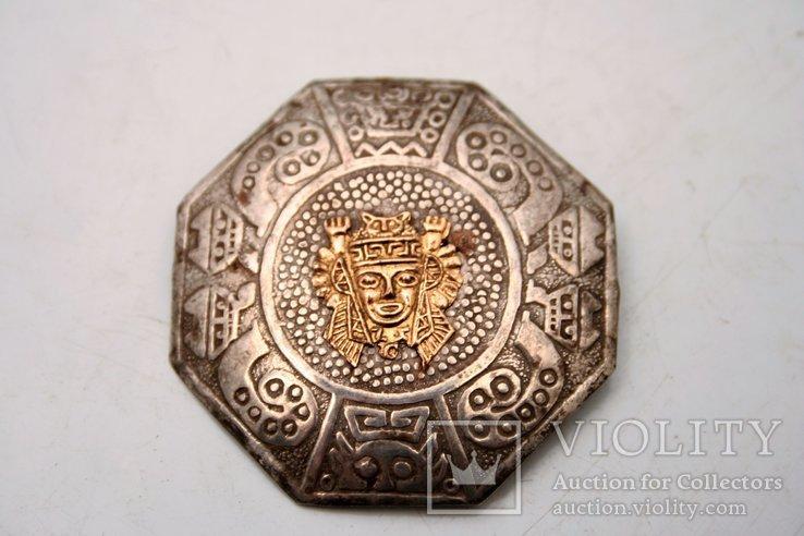 Srebrna broszka z kalendarzem Majów
