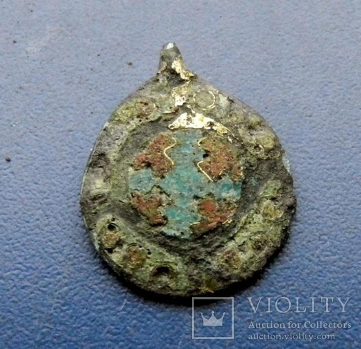 Монетовидная привеска с перегородчатой эмалью