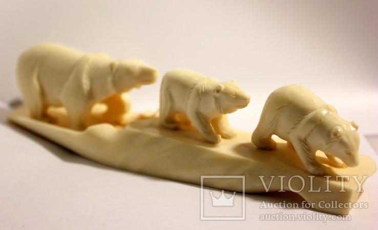 Медведица с медвежатами. Кость моржа.