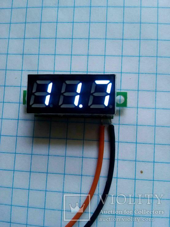 Цифровой вольтметр с диапазоном измерения от 3.2 до 30 V (синие цифры)