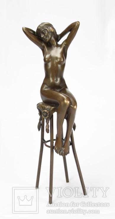 Девушка на стуле, эротика