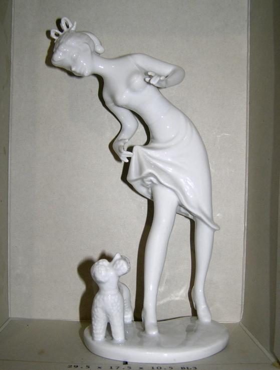 Девушка с собачкой . 21,5 см   ГДР