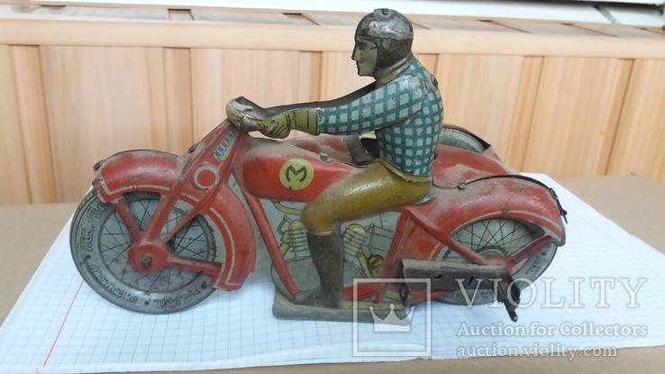 Мотоциклист на мотоцикле с коляской