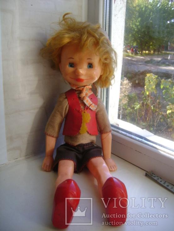 Кукла буратино в фабричной одежде