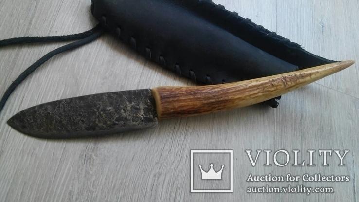 Нож с роговой рукояткой в кожаном чехле
