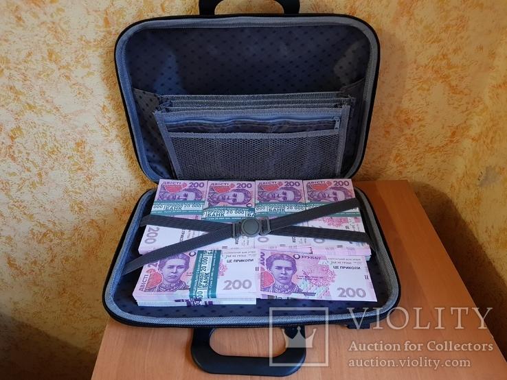Сумка-дипломат с деньгами 200 гривень ( Муляж) Бутафорские деньги, фото №3
