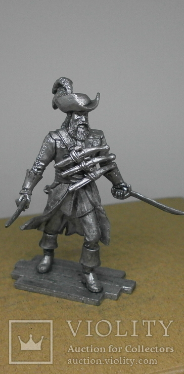 Пират с тремя пистолетами на груди., фото №2