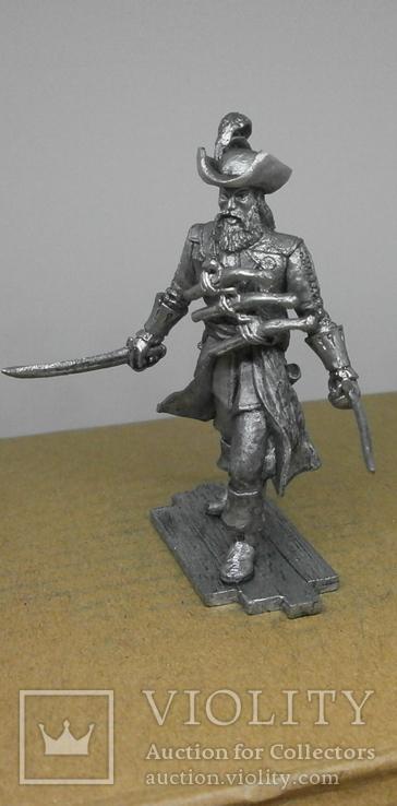 Пират с тремя пистолетами на груди., фото №3